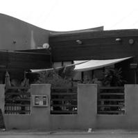 Terrasse extérieure du restaurant protégée par des toiles solaires.</p>