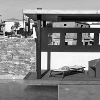 Kiosque couvert en porte à faux sur piscine.<br />