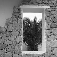 Fenêtre avec décor en pierre.<br />