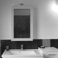 Photo intérieure : meuble de la salle d'eau, jeux de couleur bleu turquoise / chocolat avec les faïences.<br />