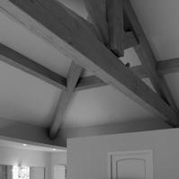 Photo intérieure : charpente bois apparente.</p>