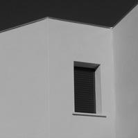 Menuiserie noir sur façade blanche.</p>