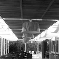 Aménagement du restaurant avec voile solaire et brise soleil bois.<br />