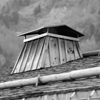 Souche de cheminée et toit en tavaillon.<br />