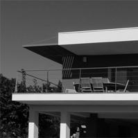 Façade Sud de la villa contemporaine rénovée.<br />