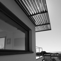 Pergola métal et bois. Fenêtre fixe horizontale.<br />