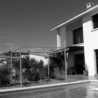 Façade côté jardin. Piscine, terrasse bois.<br />