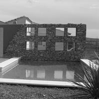 Piscine avec mur en pierre.<br />