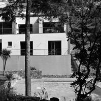 Villa contemporaine sur les hauteurs du Mont Saint-Clair. Façade côté jardin.<br />