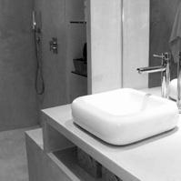Meuble salle de bains et douche à l'italienne en béton ciré.<br />