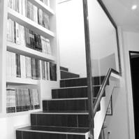 Escalier construit autour d&rsquo;une bibliothèque.<br />