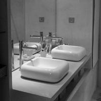 Meuble salle de bains en béton ciré.<br />