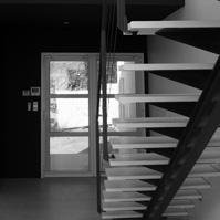 Porte d'entrée côté intérieur. Jeux de couleur blanc / bleu indigo.<br />
