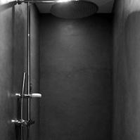 Douche à l'italienne : sol et mur en béton ciré<br />