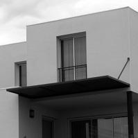 Façade principale – Terrasse protégée du soleil par une pergola métal<br />