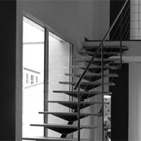 Vue du hall d'entrée sur l'escalier<br />