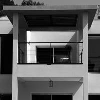 Détails sur la terrasse avec poutre en béton ajourée, pergola métal et bois. Jeux de couleur.<br />