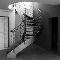 Escalier hélicoïdal métal et bois. Jeux de couleur sur les murs et poteau.<br />