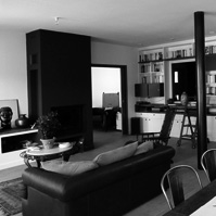 Vue du séjour, aménagement d&rsquo;une bibliothèque, mise en couleur de la cheminée et du poteau.<br />