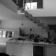 Escalier en béton ciré aux lignes épurées au dessus de la cuisine.</p>