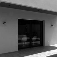 Porte à faux du volume de l'étage sur la terrasse du rez de chaussée. Piscine.<br />