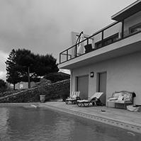 Piscine et terrasse en bois en contre-bas de la précédente<br />