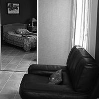 Première vue de la chambre avec grand placard à portes coulissantes<br />