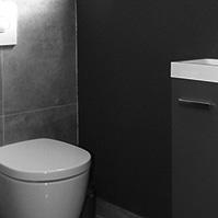 Toilettes colorés avec petit meuble lave-mains<br />
