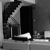 Pièce à vivre avec grande baie vitrée optimisant l&rsquo;entrée de lumière<br />