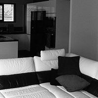 Deuxième vue de la pièce à vivre avec cuisine en arrière plan<br />