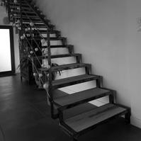 Escalier lignes épurées métal et bois.<br />