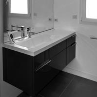 Meuble de salle de bain suspendu avec vasque désaxée et miroir.<br />