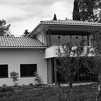 Double terrasse avec grandes baies vitrées à chaque étage<br />