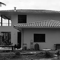 Autre façade avec vue sur les deux terrasses<br />