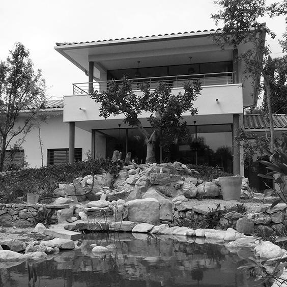 Double terrasse avec grandes baies vitrées toute hauteur à chaque étage<br />