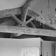 Chambre avec charpente traditionnelle apparente.<br />