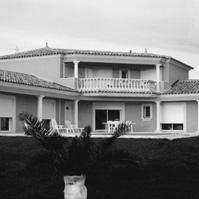 Villa traditionnelle forme en V. Toiture tuile 4 pentes avec corniche. Bâtiment central en R+1 avec balcon. Galerie couverte le long de la façade principale. Encadrement des ouvertures. Castelnau le Lez  (34170).<br />