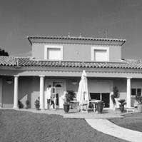 Villa traditionnelle forme en V. Toiture tuile 4 pentes avec corniche. Bâtiment central en R+1 avec balcon. Galerie couverte le long de la façade principale. Encadrement des ouvertures. Saint Jean de Védas (34430).<br />