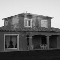 Villa traditionnelle. Etage central avec toiture 4 pentes. Toitures tuiles, deux rangs de génoise à l&rsquo;étage et un rang eu rez de chaussée, encadrement des ouvertures, arcadres sur terrasse couverte. Castelnau le Lez  (34170).<br />