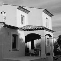 Villa traditionnelle s&rsquo;adaptant au dénivellé du terrain. De petite surface, cette villa offre quand même un beau volume intérieur. Une rang de génoise au RDC et deux rangs à l&rsquo;étage. Vailhauques (34570).</p>